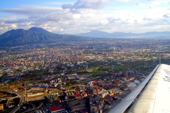 Un avion vol au dessus de Naples